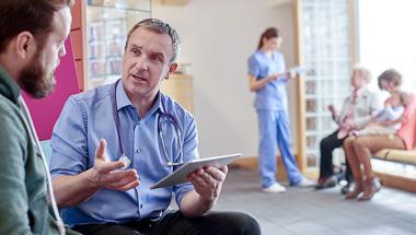 Ein Arzt erklärt eine Diagnose