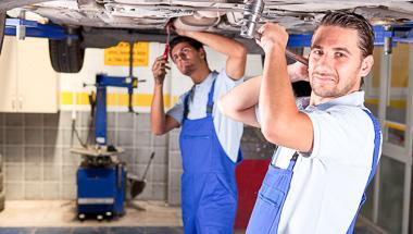 2 Mechaniker reparieren ein Auto